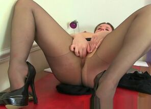 Brit cougar Jessica Jay gives her..